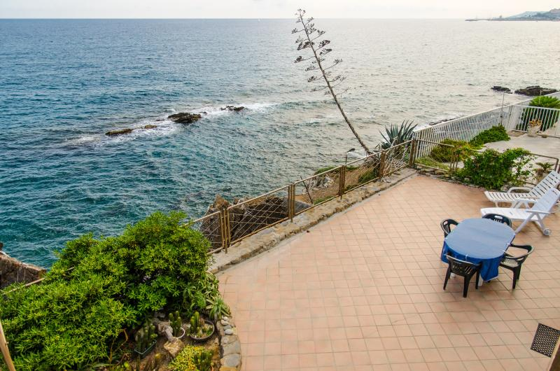 Dream apartment 3 meters to the sea, holiday rental in Cipressa