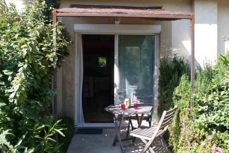 T1 bis 40 m2 ,  terrasse , parking ,  wifi . 2 personnes, holiday rental in Conques-sur-Orbiel