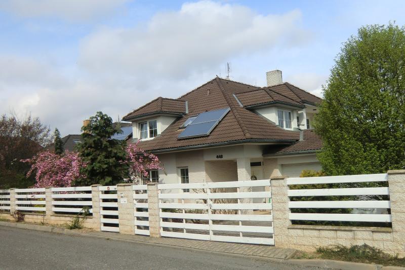 Apartment im Familienhaus 20 km von Prags Zentrum, holiday rental in Jiloviste