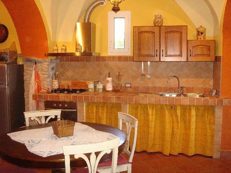 Casa con giardino vista panoramica fino al mare, location de vacances à Caravonica