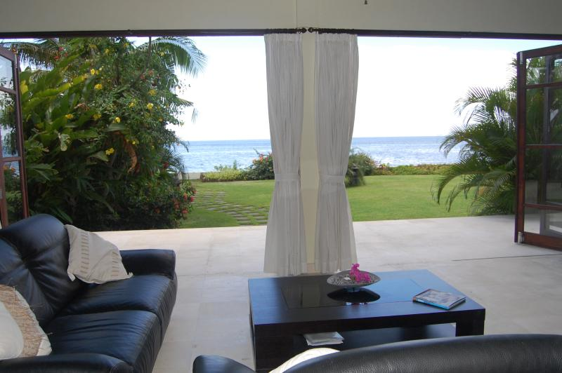 Lounge with view to sea and garden