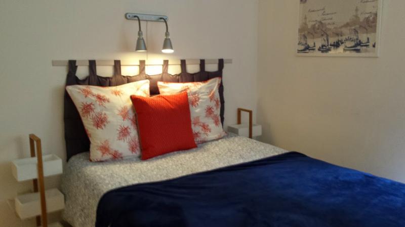 CENTRE VILLE MARCHE, Appt LUMINEUX et CHALEUREUX, vacation rental in La Rochelle