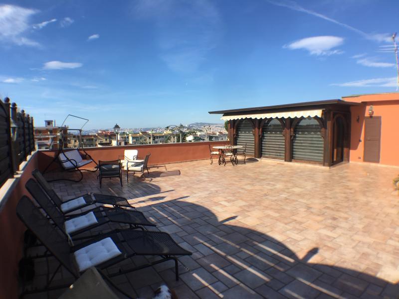 Attico di 42 mq indipendente con ampio terrazzo solarium di 130 mq con vista panoramica