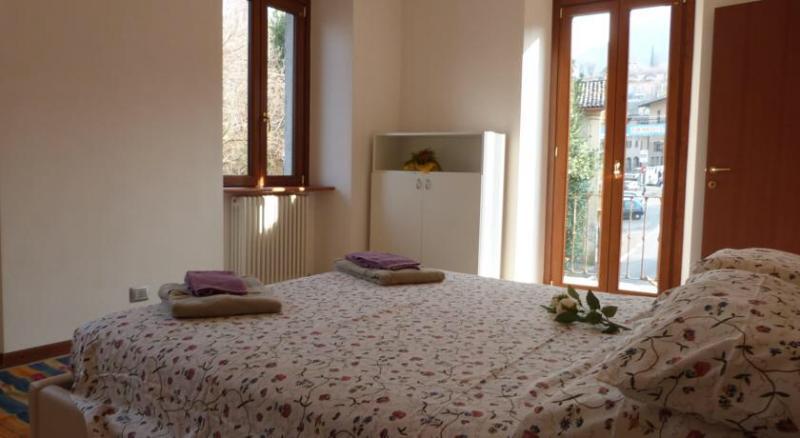 Una camera da letto luminosa