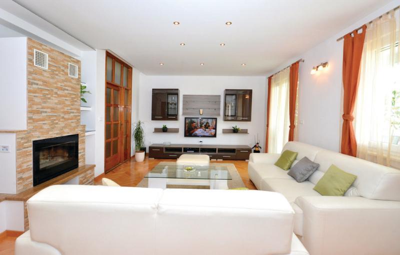 Modern and spacious apartment near the sea, location de vacances à Kastela