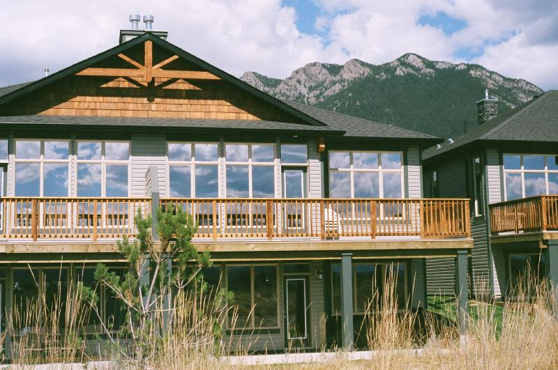 Vacation Home with Mountain Views, Golf, Skiing, location de vacances à Radium Hot Springs
