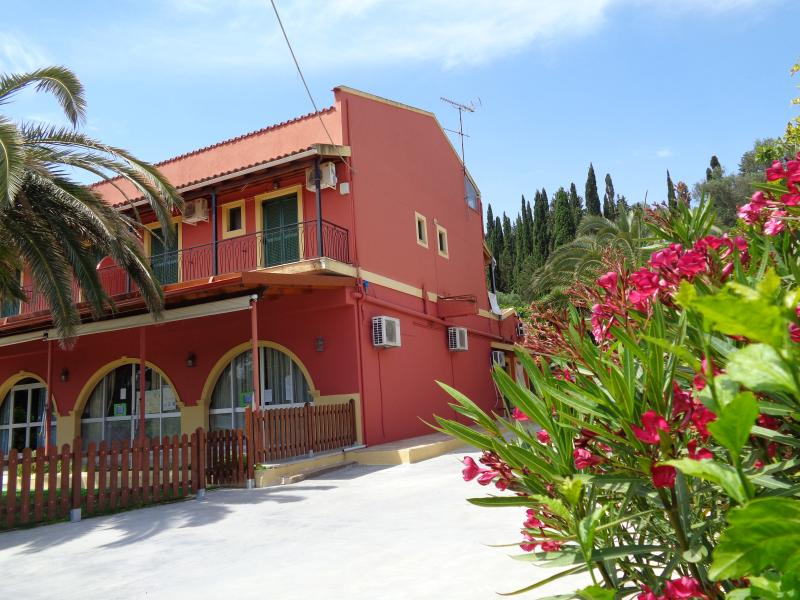 Skyline Studios and Apartments, location de vacances à Velonades