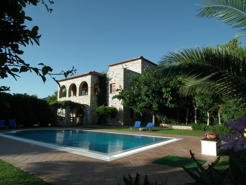 Villa Sunset - a luxurious villa with stunning sea view and an amazing pool., aluguéis de temporada em Agios Dimitrios