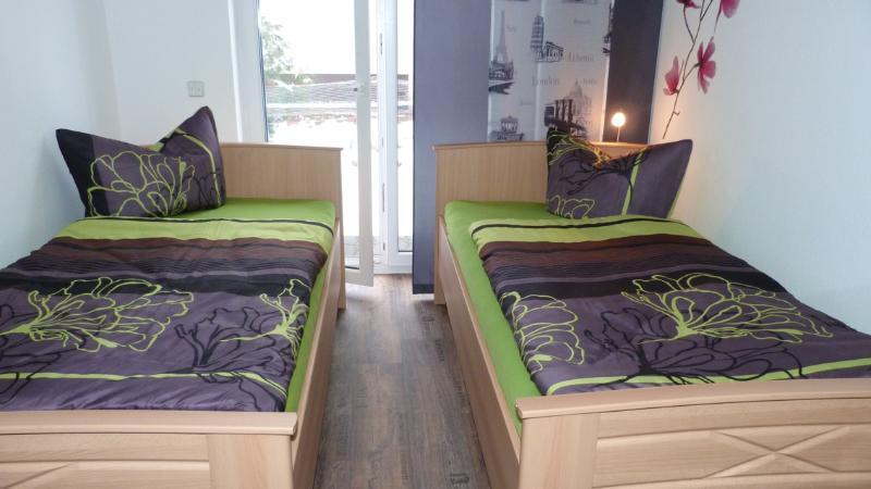 Schlafzimmer, 2 Einzelbetten, Fenstertür zur Terrasse