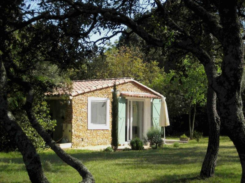 Gîte indépendant (mazet) 2 personnes, holiday rental in Nimes