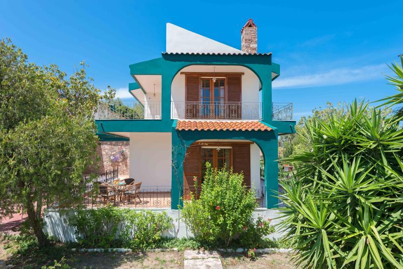 Sea Side isolated villa with amazing garden, casa vacanza a Kamiros Scala