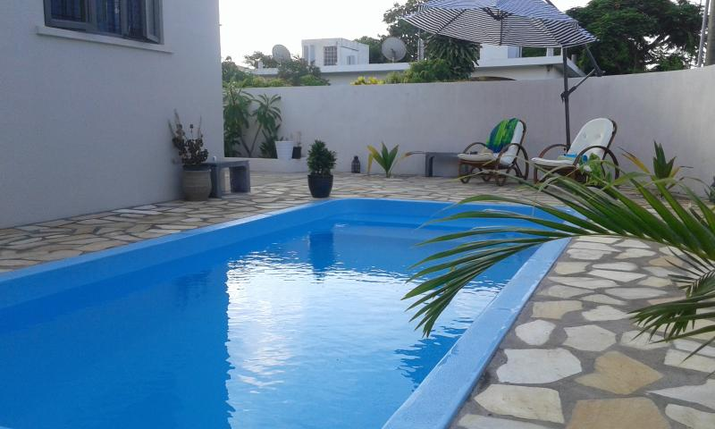 Private Beach Apartment for 1-3 persons with pool, sunny balcony,free WIFI, location de vacances à Beau Bassin - Rose Hill