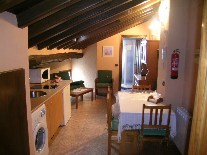 Apartamento Rural Abuhardillado en Candelario, aluguéis de temporada em La Calzada de Bejar