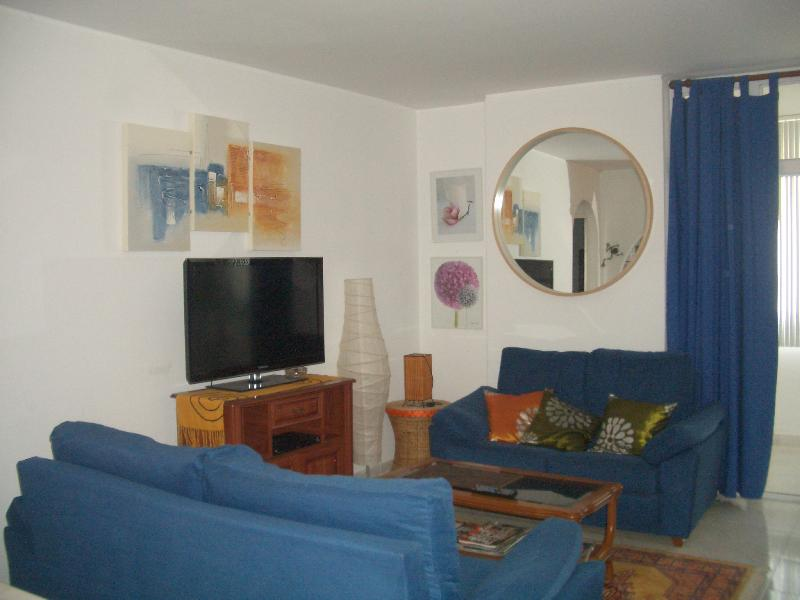 ONLY 5 MINS WALK TO BEACH - 10th FL Apt with amazing views of ocean and montains, vacation rental in Costa da Caparica
