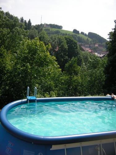 Vista desde la piscina al campanario