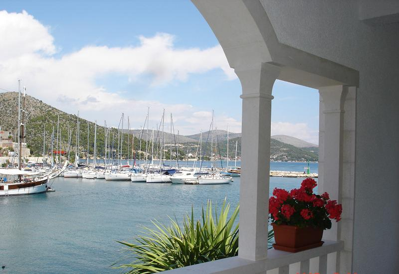 Cosy seafront apartment A in Villa Olea, location de vacances à Marina