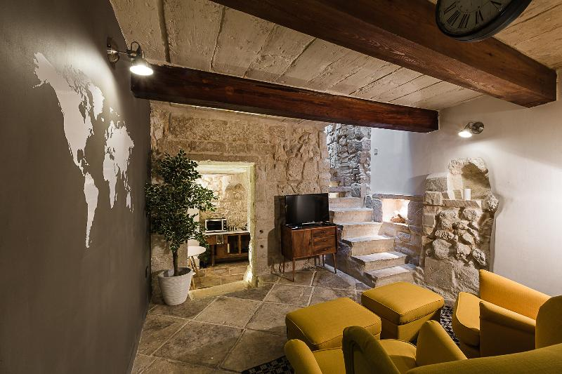 CASERI - Vintage / Retro House Rabat l.o. Mdina, holiday rental in Dingli