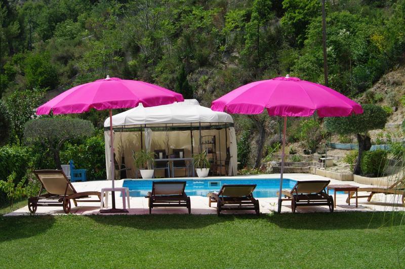 Maison individuelle avec piscine  à 15 kms de NICE entre mer et montagne, aluguéis de temporada em Utelle