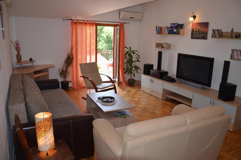 Comfort Sala de estar con TV de pantalla grande