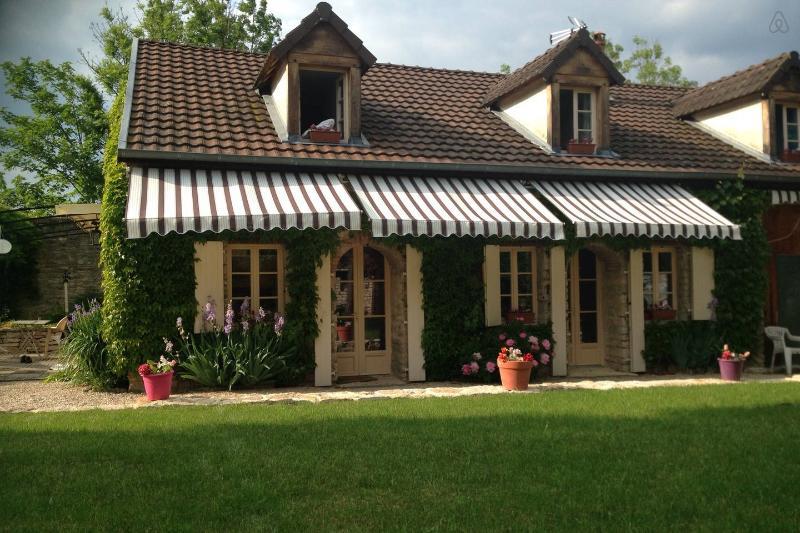 Maison de charme à la campagne, location de vacances à La Bussière-sur-Ouche