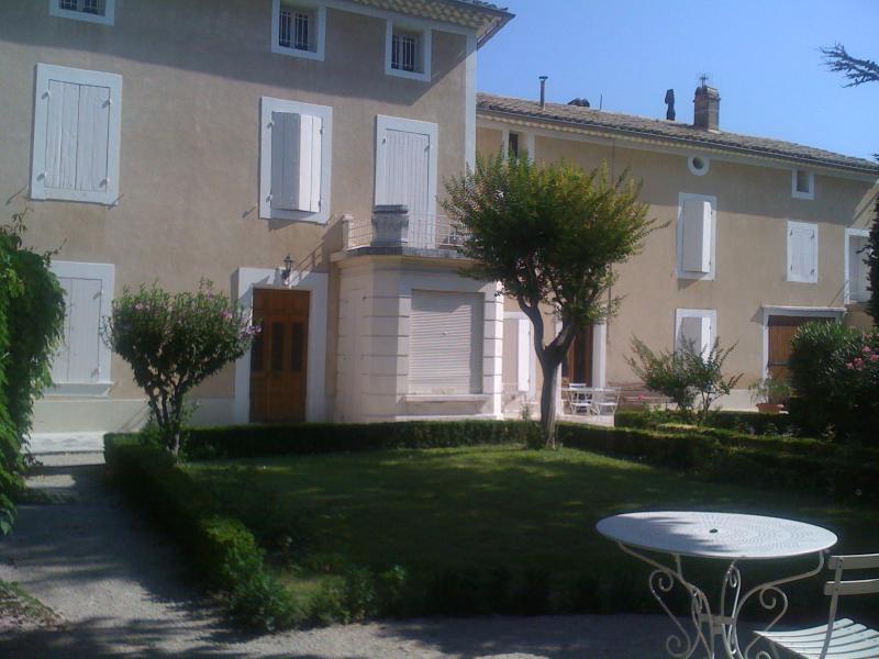 Maison provençale proche d'Avignon, holiday rental in Le Thor