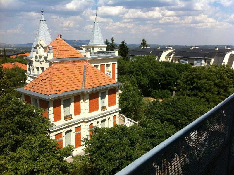 Vistas desde el dormitorio. La sierra y las cuatro torres de Madrid, al fondo