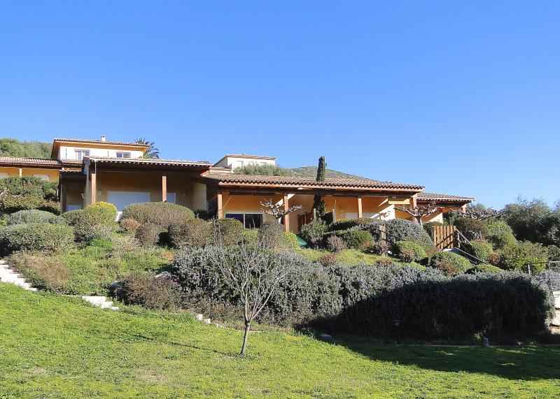 Les Villas de Lava 3*,C.Mini-villa 3 Pièces Cystes.Bord de mer,Golfe de Lava., vacation rental in Villanova