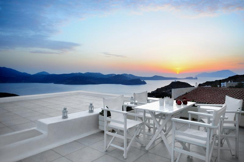 Family Villa, Amazing Sunset View, casa vacanza a Milos