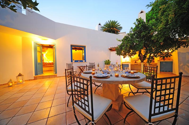 Traditional Renovated Villa by 1862 on 2 levels, holiday rental in Aghios Emilianos
