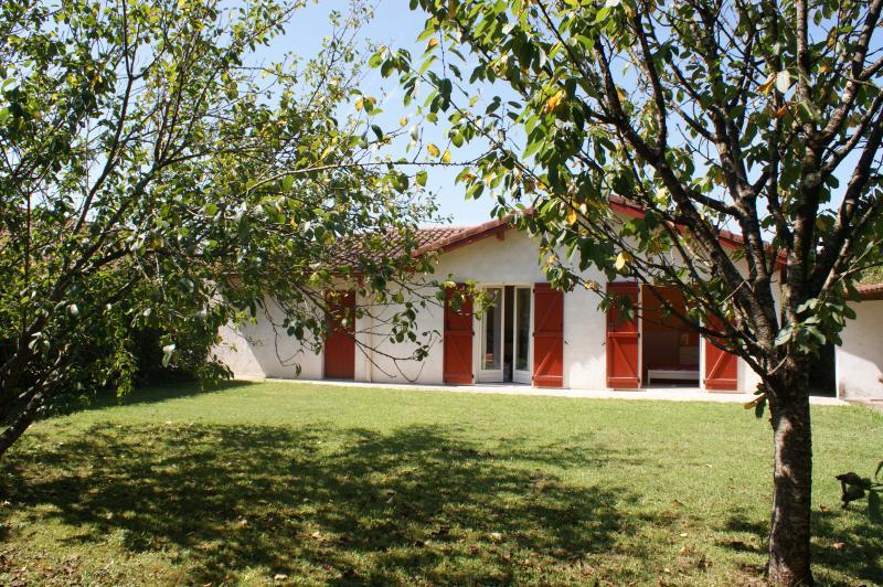 maison basque agréable, terrasse, vue sur la Rhune, casa vacanza a Ascain