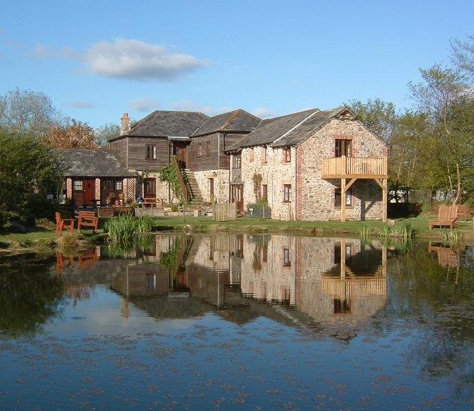 Lakefront 3 bed with fishing, hot tub and pool. Stunning views, holiday rental in Callington