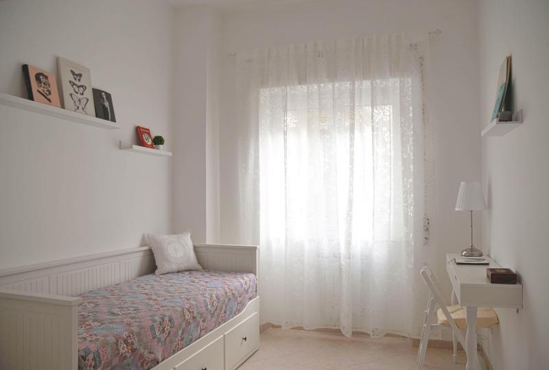 New confortable apartment, calm and bright, near the metro., holiday rental in Lido di Ostia
