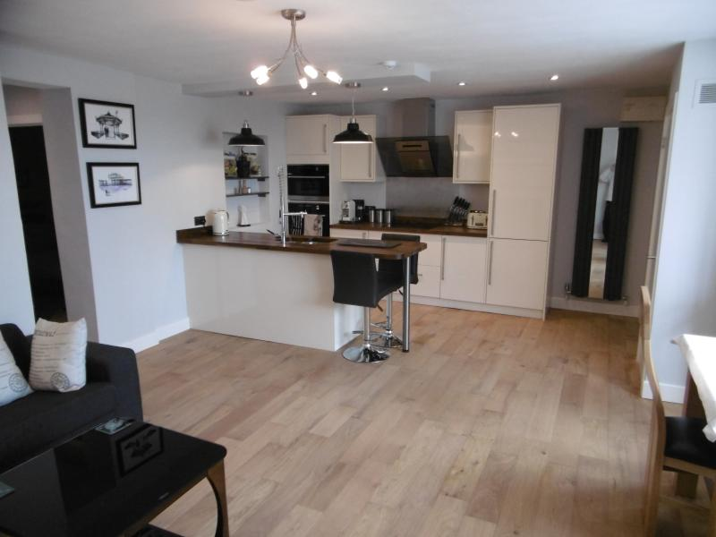 Beautiful & spacious open plan space with high end integrated kitchen appliances .