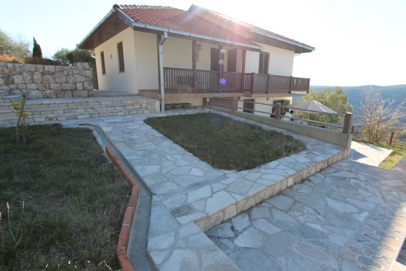Villa Olga с видом на Боко-Которский залив, holiday rental in Radanovici