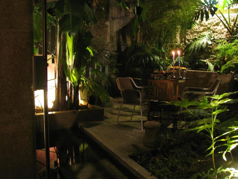 Terrace - Garden with goldfish pond / Terrasse, Jardin et étang poissons rouges