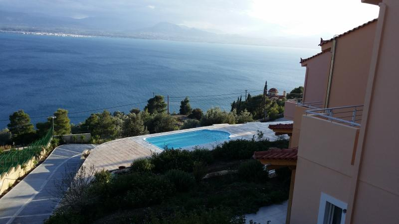 New apartments by the pool with amazing view, vacation rental in Loutraki