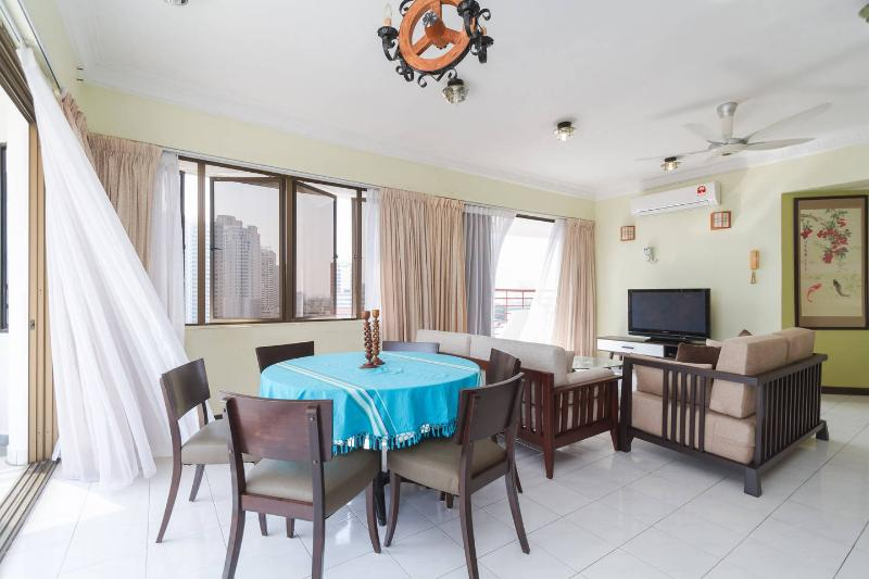 Fantastic Seaview Penthouse (20% off Jul. Hurry!), holiday rental in George Town