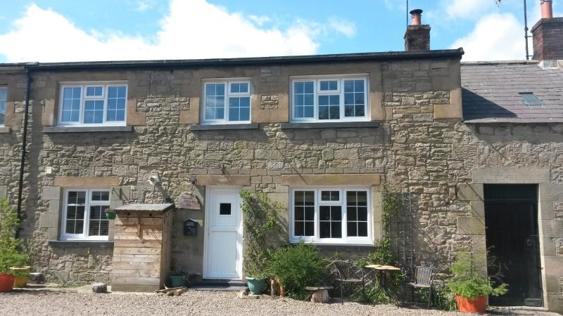 A lovely stone built cottage in the small village of Powburn, Ferienwohnung in Alnwick