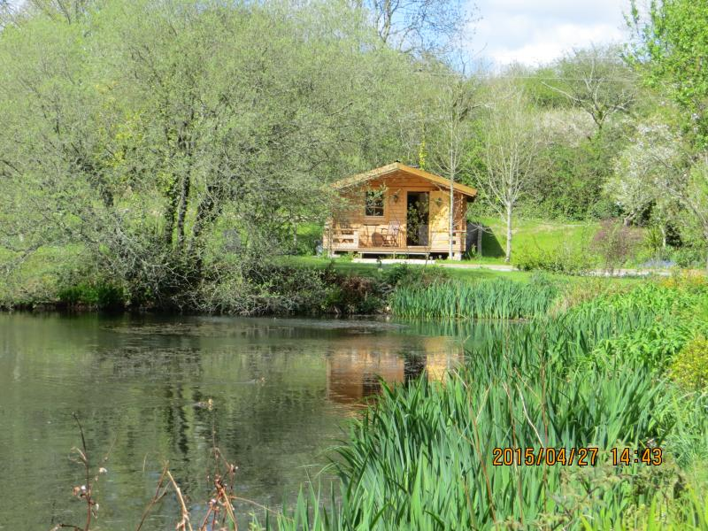 A private retreat by an ornamental lake. Safe, excellent social distancing, holiday rental in Come to Good