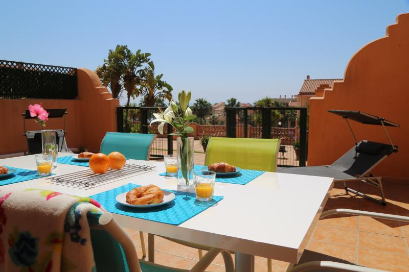 CLUB LA COSTA WORLD , SEA VIEWS ,BBQ, SLEEPS 6, BIG PATIO, holiday rental in Fuengirola