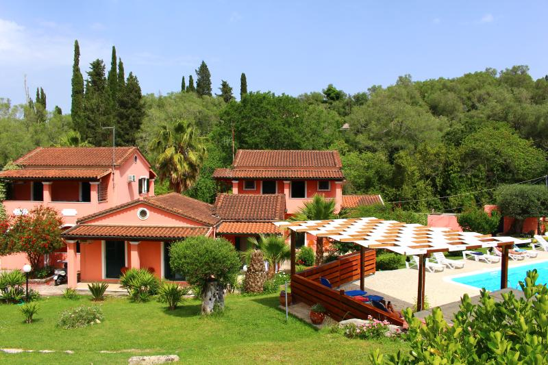 1 or 2 bedroom apartments  with shared pool in a family run complex, holiday rental in Kalafationes