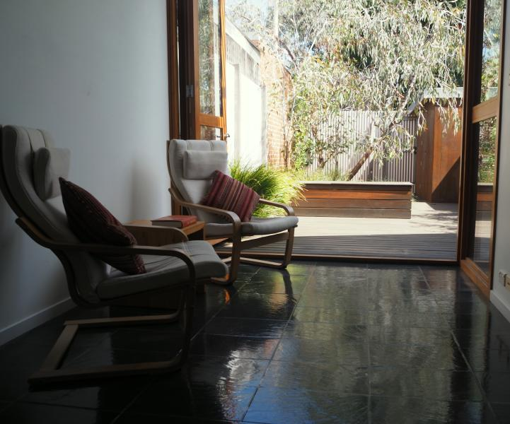 Charming 2BD inner-city terrace, holiday rental in Moreland