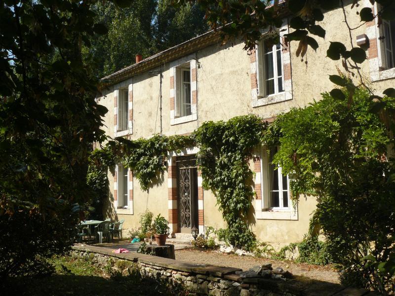 Gers : Les Moulères, grande maison familiale avec piscine et parc arboré 1,3 ha, location de vacances à Mauvezin
