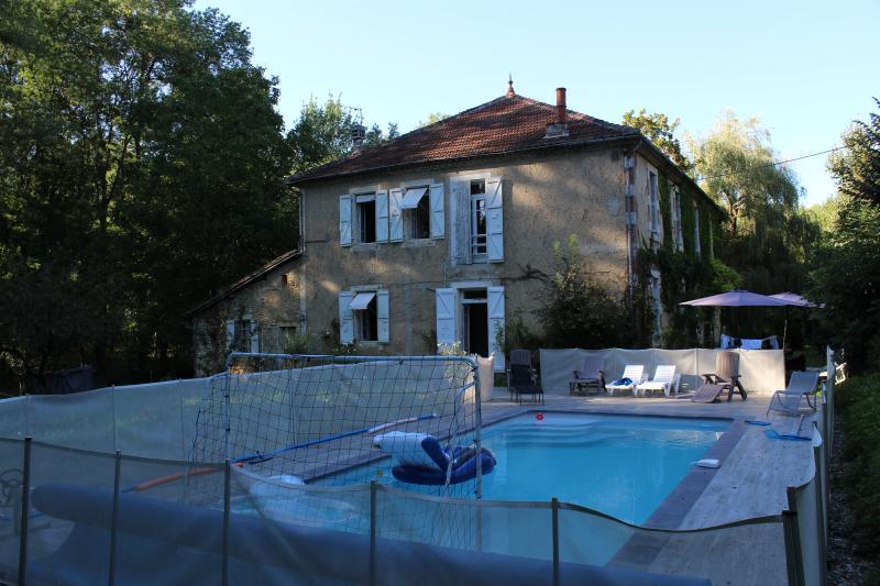Gers : Les Moulères, grande maison familiale avec piscine et parc arboré 1,3 ha, vacation rental in Aubiet