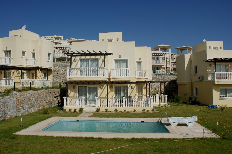 Luxury 3 bed Villa Private Pool & Garden AC, holiday rental in Dorttepe