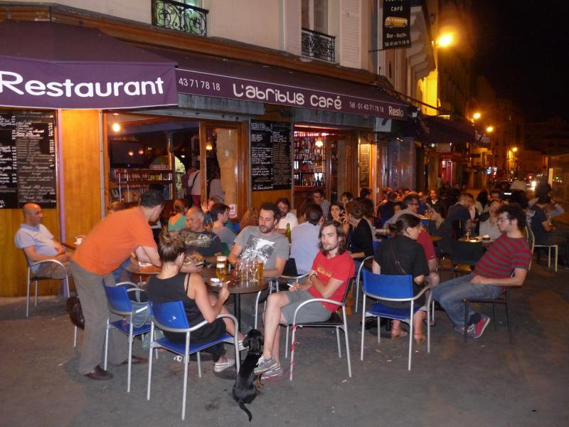 Tutta la strada è piena di ristoranti e terrazze.