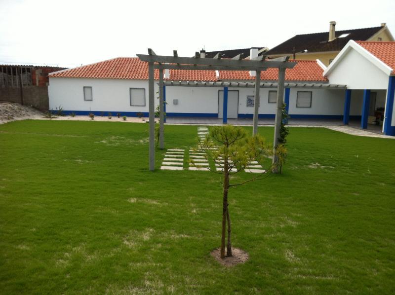 Maison blanc/bleu avec jardin cloturé et barbecue, Ferienwohnung in Torres Vedras