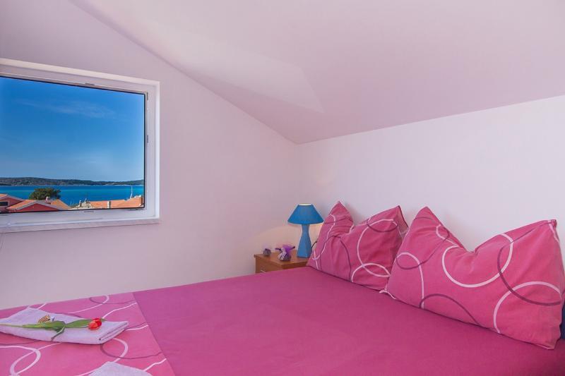 BRODARICA PENTHOUSE 4+2 p, SEA VIEW, TV, AC, vacation rental in Brodarica