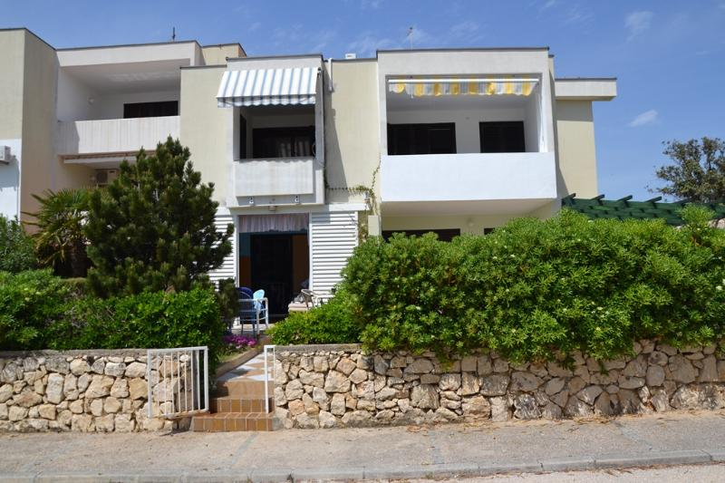 ISLAND PAG, AP 5p, GARDEN (A14-42), holiday rental in Gajac