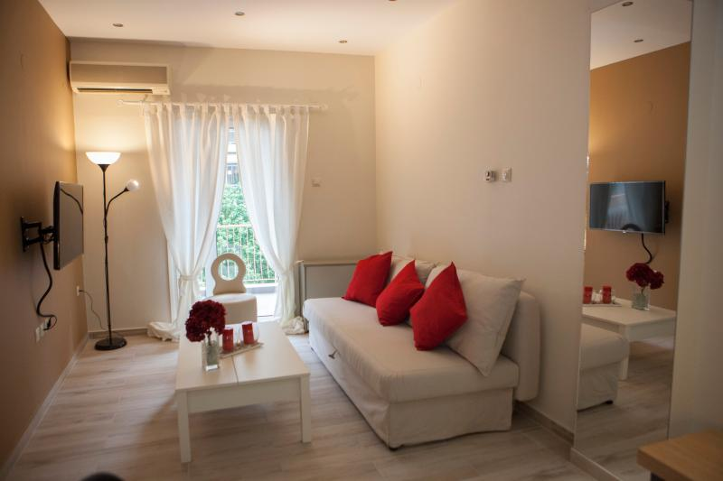 Modern Central Fully Equipped Apartment, holiday rental in Triandria